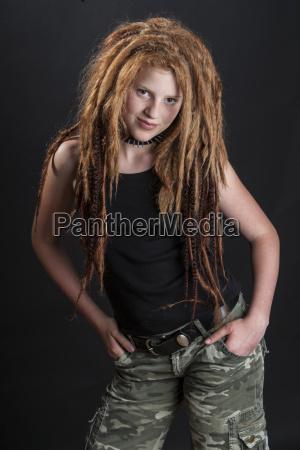 retrato de una adolescente con rastas