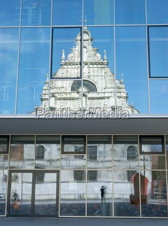paseo viaje iglesia ciudad contraste reflexion