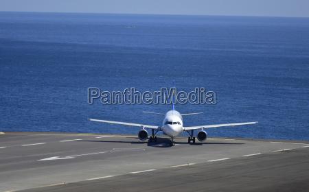 portugal madeira avion en pista oceano