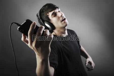 personas gente hombre telefono movil musica