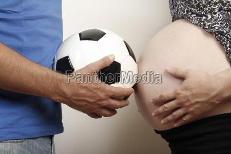 hombre maduro sosteniendo la pelota de