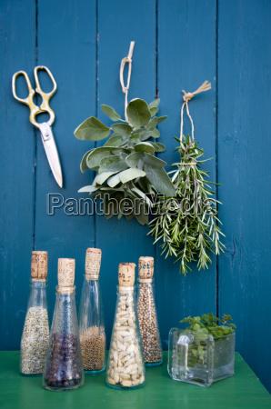 decoracion con hierbas secas tijeras y