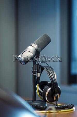 microfono y auriculares en un estudio