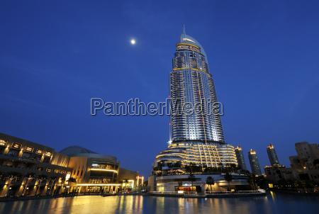 paseo viaje ciudad noche reflexion hotel