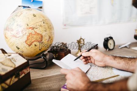 joven hombre planificacion viaje tomar notas