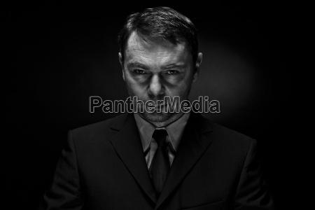 retrato de hombre maduro contra fondo