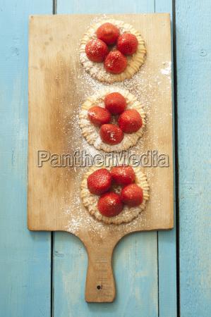 tartaletas de fresa en tabla de
