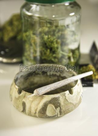 cigarrillo inclinacion cenicero fotografia foto droga