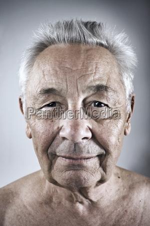 retrato de un hombre mayor sonriente