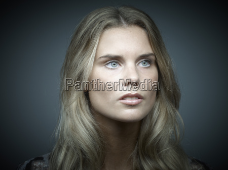 retrato de una joven de aspecto