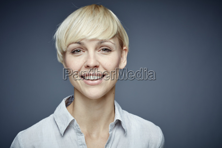 retrato de mujer rubia sonriente frente