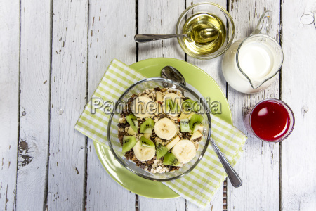 desayuno saludable con muesli fruta leche