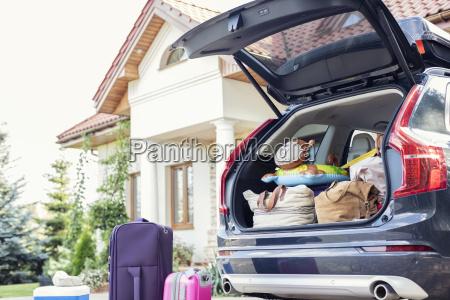 bota de coche abierta para vacaciones