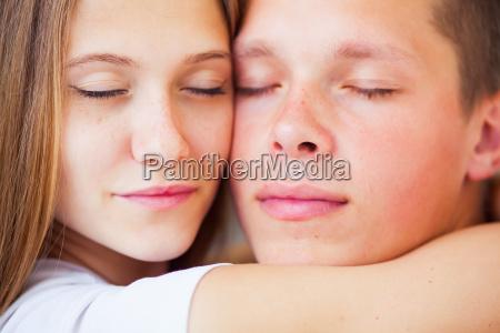 vida hermosa pareja en la cama
