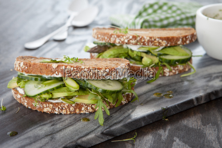 pan integral con aguacate