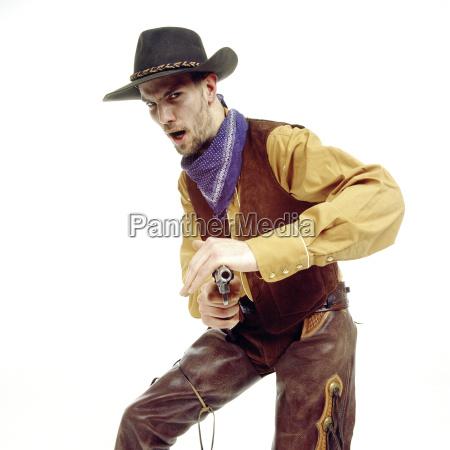 un hombre joven vestido de vaquero