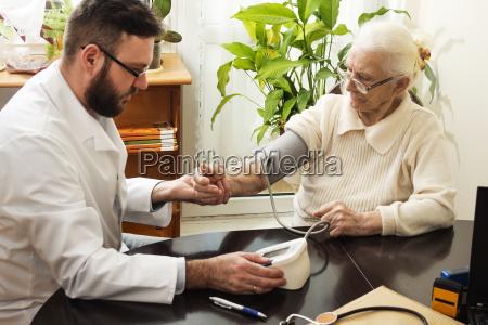 medico abuela paciente fondos de los