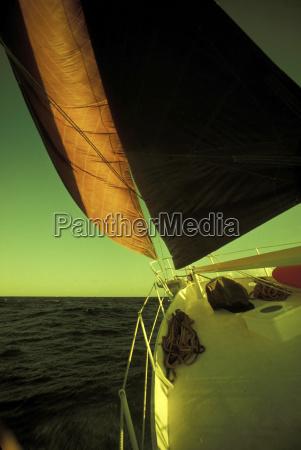 velero en el mar primer plano