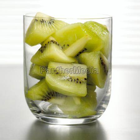 en rodajas de kiwi en vidrio