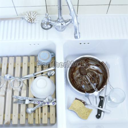 platos usados en fregadero de cocina