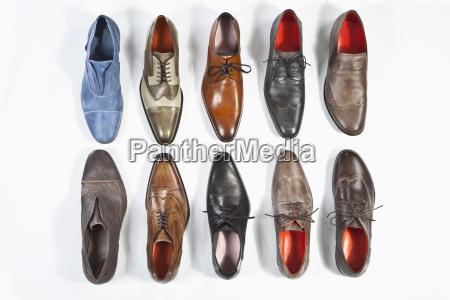 fila de zapatos sobre fondo blanco