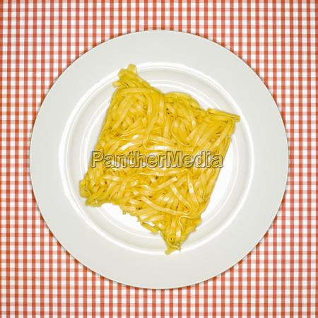 contraste frescura placa crudo italiano fideos