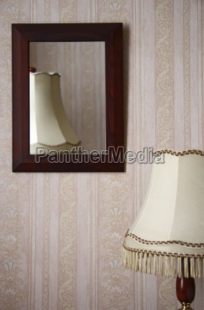 lampara de sobremesa delante de una