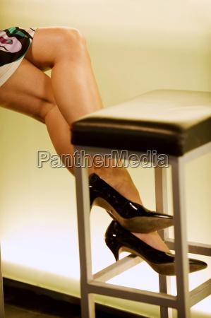 piernas femeninas en el mostrador de