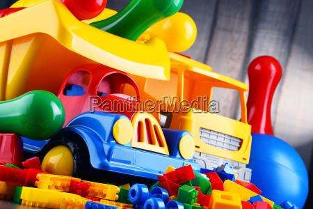 juguetes plasticos coloridos en el cuarto