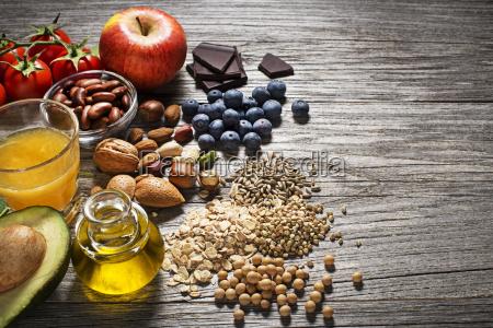 alimentos saludables con vegetales y frutas