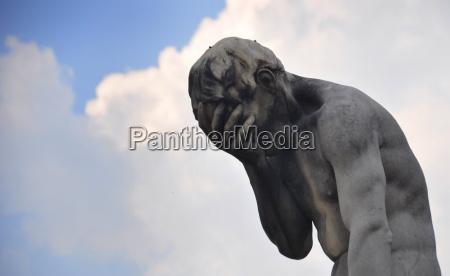 estatua de cain fuera del louvre