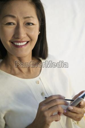 mujer risilla sonrisas en casa retrato