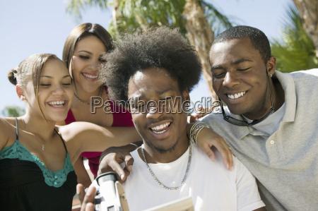 cuatro amigos en el patio trasero