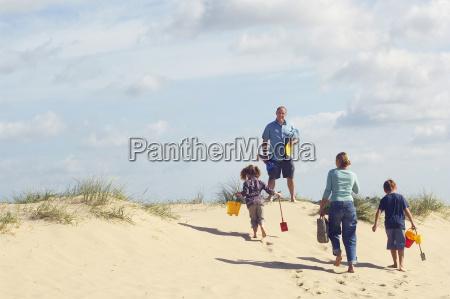vista trasera de la familia caminando