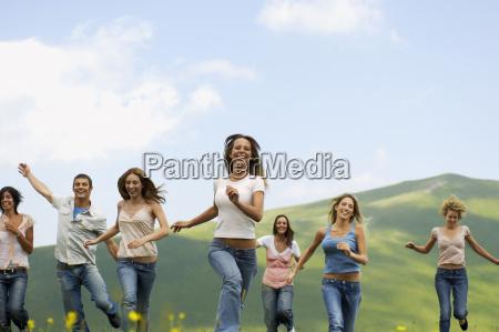 amigos corriendo contra la montanya