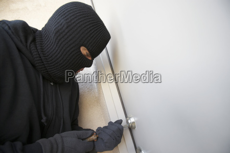 ladron trabajando en la cerradura de