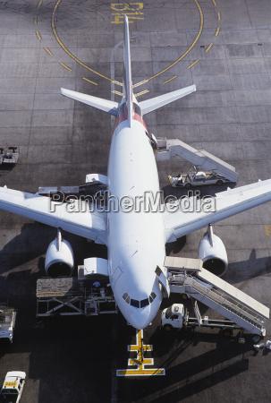 avion comercial listo para la carga