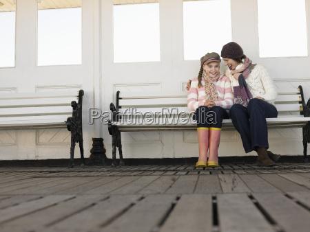 madre e hija sentada en el