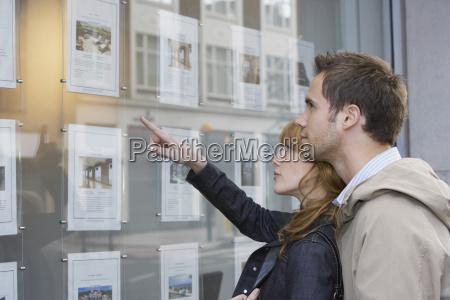 pareja mirando a la exhibicion en