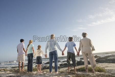 familia de tres generaciones sosteniendo las