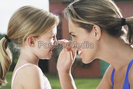 madre aplicando protector solar a la