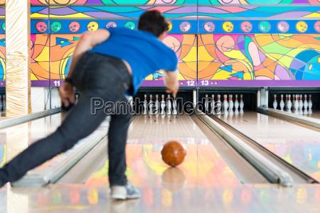 hombre joven bowling divertirse