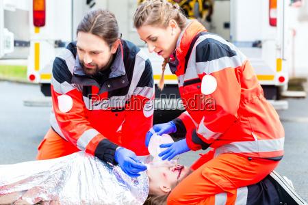 medico de ambulancia dando oxigeno a