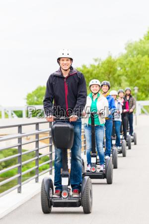 grupo turistico conduciendo segway en visita