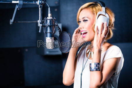 cantante asiatica produciendo cancion en estudio