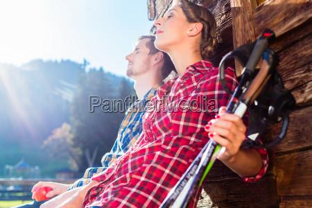 pareja descansando de nordic walking en