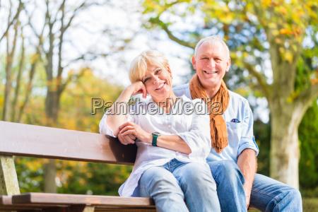 pareja mayor sentada en el banco
