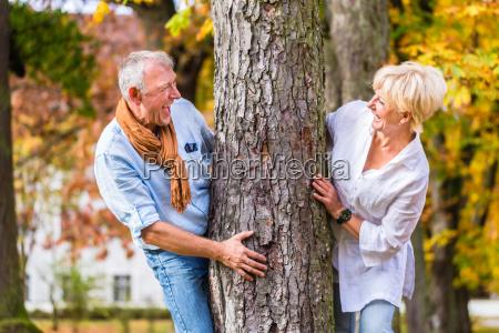 pareja mayor coqueteando jugando alrededor de