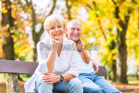 pareja mayor sentado en parte banco