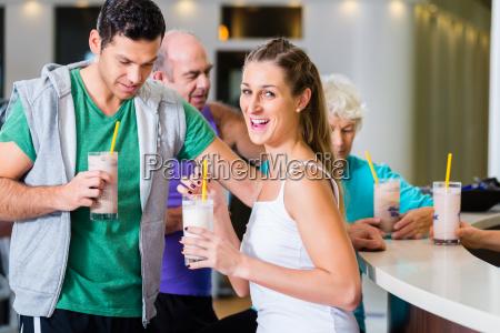 personas que beben batidos de proteinas